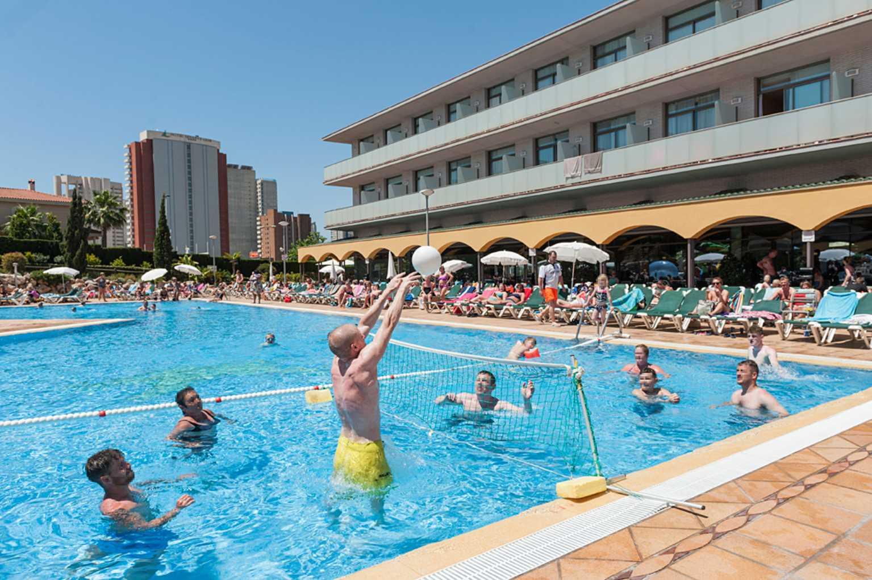 Baile en la terraza relajarse en sus vacaciones en benidorm for Piscina climatizada benidorm